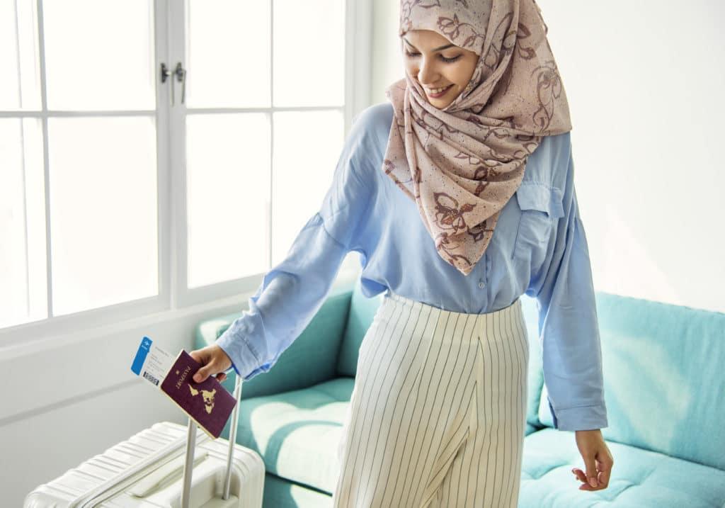 islamic woman preparing to travel 2Q3U7WH